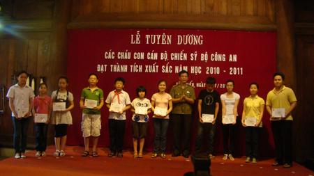 Bộ Công an trao thưởng 115 suất quà khuyến học cho học sinh giỏi