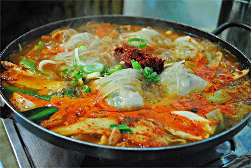 Món ăn rực sắc đỏ, trông đã thấy nóng ấm.
