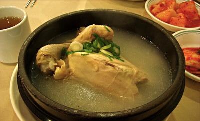 Canh gà nấu với gạo, gừng, tỏi...