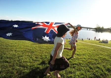 77% người nước ngoài tại Down Under, Australia cho biết họ hòa nhập với cộng đồng địa phương nhanh chóng trong khi 87% hân hoan vì cảm thấy được chào đón lại nơi làm việc. Hơn nữa, Australia cũng là quốc gia có kinh tế phát triển mạnh mẽ với 95% trẻ em được hưởng nền giáo dục tốt nhất.