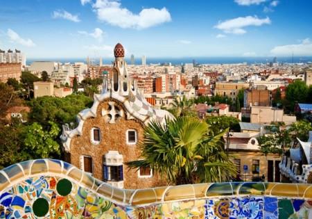 Cộng đồng dân ngoại quốc hẳn sẽ thích cuộc sống tại Tây Ban Nha do môi trường dễ hòa nhập, người bản xứ thân thiện, ngôn ngữ địa phương được giảng dạy ở mọi nơi. Hơn nữa, tỷ lệ cân bằng giữa công việc và đời sống tại Tây Ban Nha cũng ổn định hơn các quốc gia khác như Anh, Pháp, Hà Lan, Mỹ.