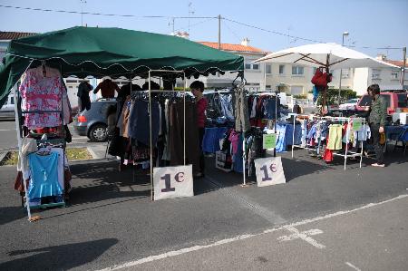 """Chợ """"Dọn Kho"""" cho du học sinh ở Pháp"""