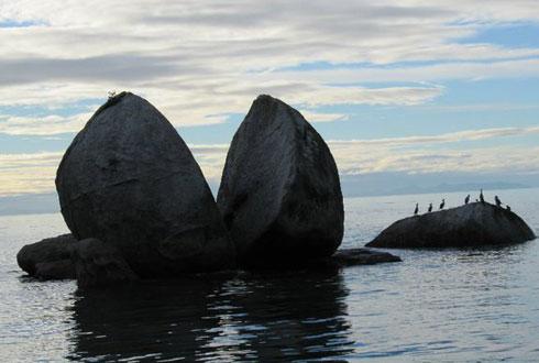 Tảng đá hình quả táo bổ đôi ở Abel Tasman.