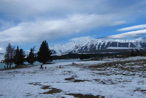 Sông, núi, tuyết bao phủ.