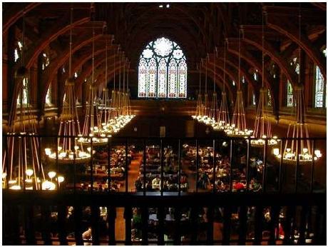 Kiến trúc với mái vòm cao và dãy đèn chùm rực sáng rất ấn tượng