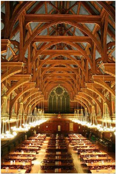 Thiết kế gỗ bên trong khiến khu căng tin trở nên ấm cúng, cổ kính