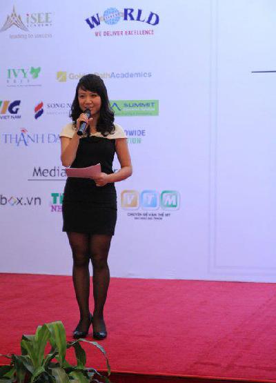 Hà Thu làm MC chuyên nghiệp trong một hội thảo