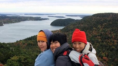 Thúy Hằng (giữa) ở vườn quốc gia