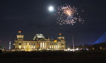Pháo hoa nhìn từ phía trước toà nhà quốc hội Đức