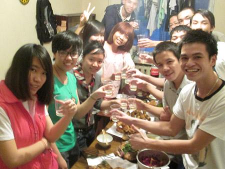 Bữa cơm tất niên đầm ấm củanhóm sinh viên dự bị trường ĐH Bách khoa Xanh Petecbua