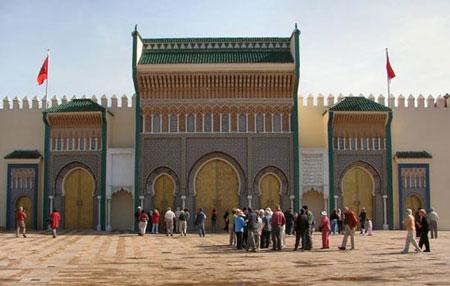 Trước khuôn viên trường đại học Al-Karaouine