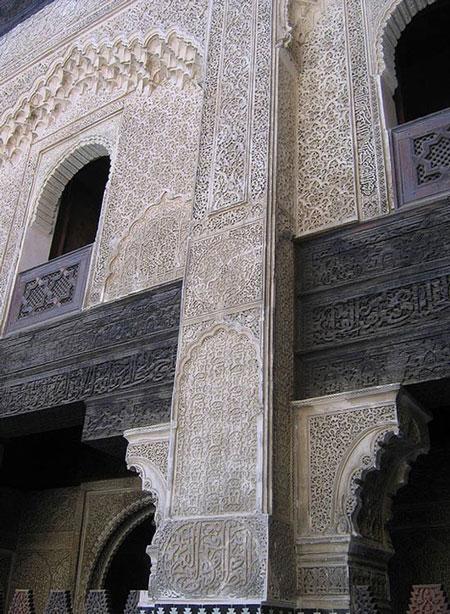 Những họa tiết chạm trổ cầu kỳ trên các bức tường trong khuôn viên