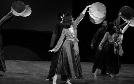 Các điệu múa dân tộc biểu diễn