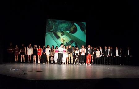 Tập thể sinh viên Việt Nam biểu diễn chương trình