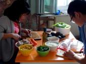 Khi nam du học sinh vào bếp