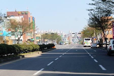 Đường phố trên đảo vào ban ngày…