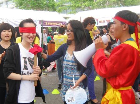 Du học sinh Việt Nam và nước ngoài thích thú với các trò chơi dân gian Việt Nam.