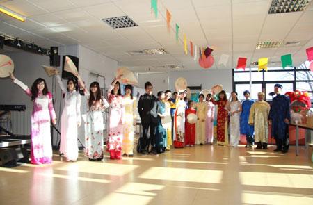 Trong trang phục áo dài, khăn đóng, nón lá… đoàn Việt Nam vẫy chào bạn bè quốc tế