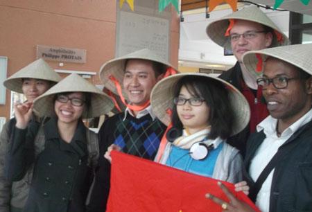 Ngay cả khi ra hậu trường, các bạn quốc tế vẫn liên tiếp yêu cầu được chụp ảnh đoàn Việt Nam