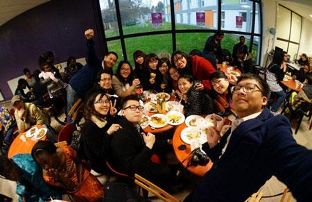 Các bạn sinh viên Việt Nam đang thưởng thức các món ăn Phi Châu trong Tuần lễ Đa văn hóa