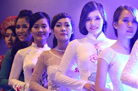 Thuỳ Trang (thứ 2 từ trái sang) ước mơ trở thành một doanh nhân thành đạt.