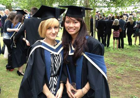 Trang trong lễ tốt nghiệp thạc sĩ tạiĐH Oxford Brookes