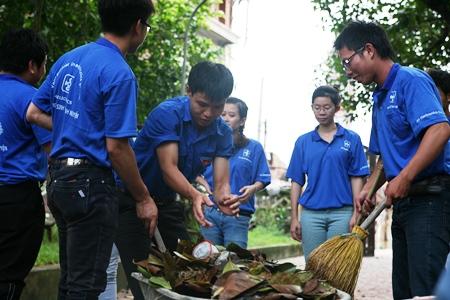 Tham gia dọn vệ sinh môi trường ở khu vực đình làng
