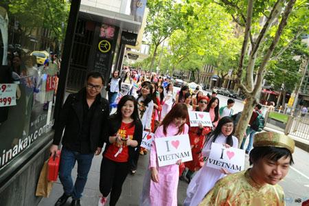 Anh Thư (áo đỏ) trong một chương trình quảng bá hình ảnh Việt Nam tại Úc