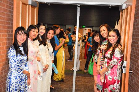 Các cô gái Việt Nam duyên dáng trong tà áo dài