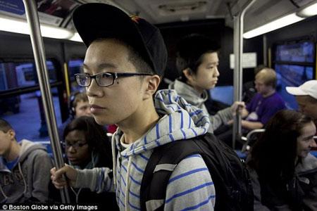 Hai anh bắt xe bus tới trường hàng ngày.