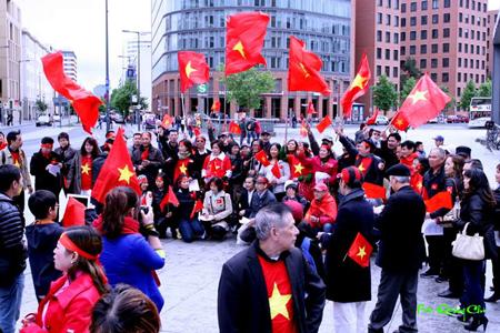 Trong trang phục rực sắc đỏ của màu cờ Tổ Quốc Việt