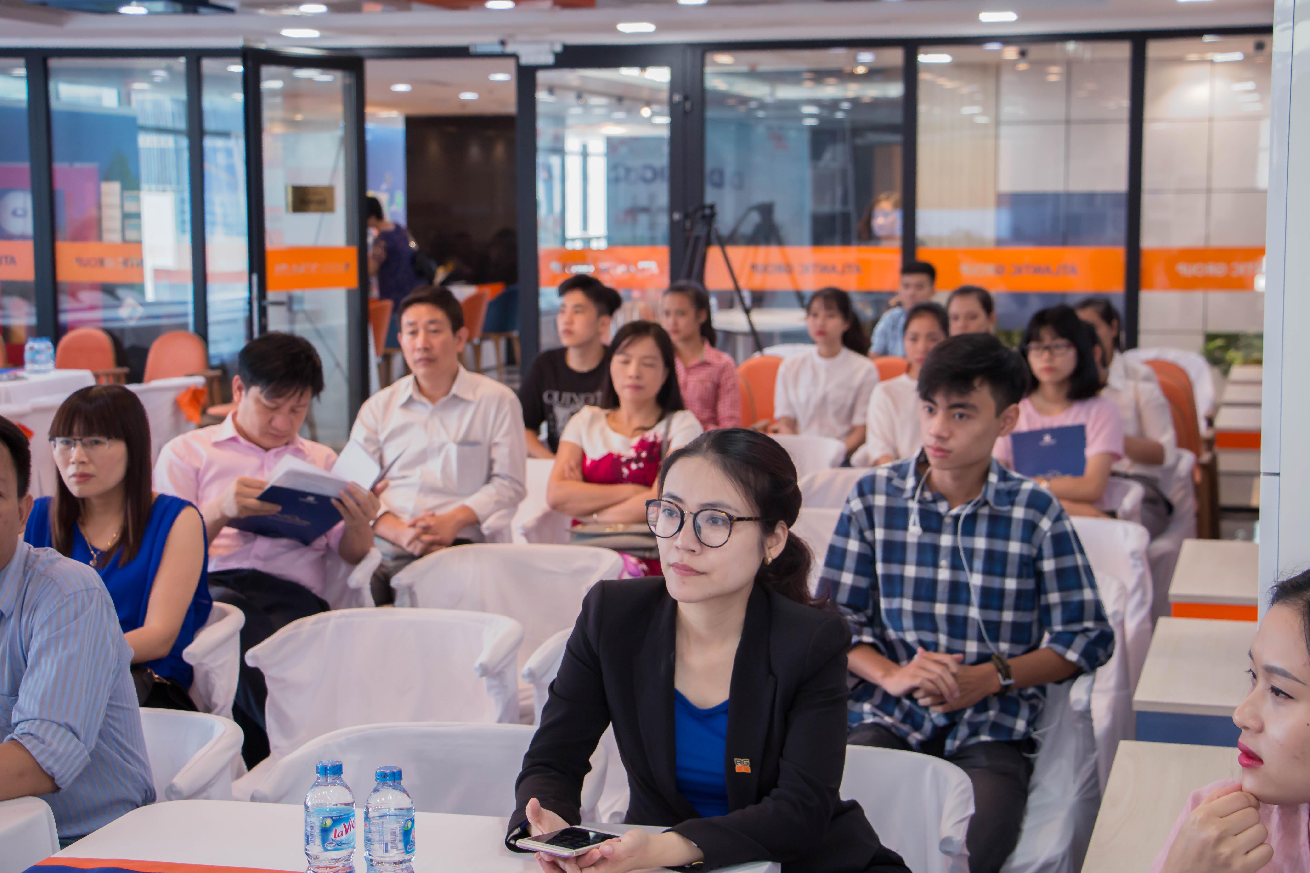đảo học sinh, sinh viên cùng các vị phụ huynh tham dự hội thảo