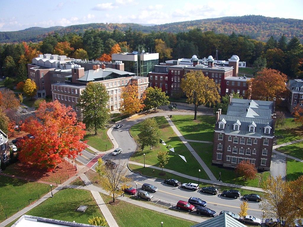1024px-Dartmouth_College_campus_2007-10-20_09