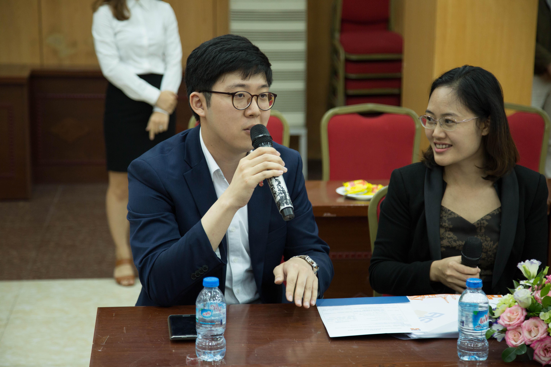 Đại diện phòng tuyển sinh Đại học Sogang - Hàn Quốc giải đáp các thắc mắc trong buổi hội thảo