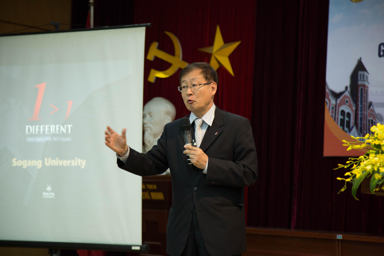 Ông Kim Jinhwa – Đại diện trường Đại học Sogang – Hàn Quốc giới thiệu về trường và học bổng